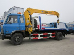 Dongfeng flatbed tow truck with crane