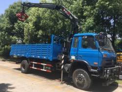 4x2 Dongfeng cargo truck with 5 tons knuckle crane with grab bucket